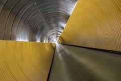 地下步行隧道 与现代设计的扭转的透视 库存照片