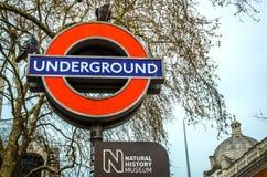地下火车站的标志在自然历史博物馆,伦敦入口的  库存图片