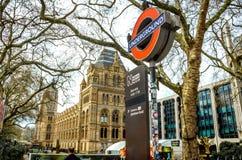 地下火车站的标志在自然历史博物馆,伦敦入口的  免版税图库摄影