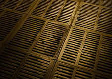 地下疏导和都市污水金属舱口盖 库存图片