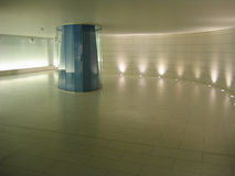 地下蓝色colomn走廊玻璃 图库摄影