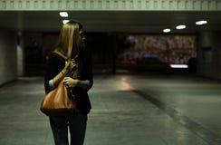 地下过道的孤独的妇女 免版税库存图片