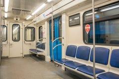 地下铁路支架的当代里面空间有空位的 免版税库存图片