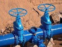 地下闸式阀,水在一条蓝色管道的管道阀门在重建以后 库存图片