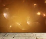 织地不很细木板条和温暖金黄bokeh光线影响 免版税库存图片