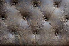 织地不很细背景的葡萄酒棕色皮革沙发按钮 库存图片