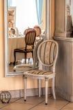 地中海内部-镜子和椅子 库存图片