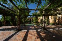 地中海别墅的庭院露台 库存图片