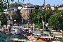 地中海和一艘船在Antalia咆哮 免版税图库摄影