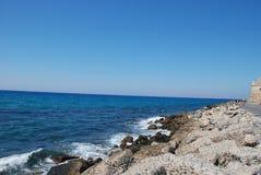 地中海和岩石岸的美丽的景色在天空蔚蓝下 免版税库存照片
