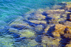 地中海和石头的透明水 库存图片