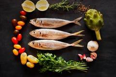 地中海在黑板的鱼-和菜 顶视图 库存照片