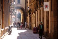 地中海城市老狭窄的街道。巴塞罗那 免版税库存照片
