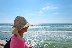 地中海岸的妇女  库存照片