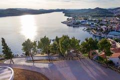 地中海市的全景希贝尼克 克罗地亚 库存照片