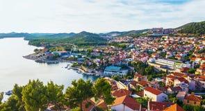 地中海市的全景希贝尼克 克罗地亚 免版税库存图片