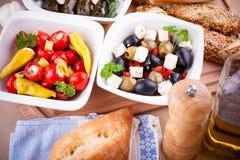 地中海开胃小菜,藤叶子充塞用胡椒 免版税库存照片