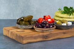 地中海开胃菜开胃小菜塔帕纤维布滚保龄球与绿色和cal 免版税库存照片