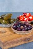 地中海开胃菜开胃小菜塔帕纤维布滚保龄球与绿色和cal 库存照片