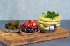 地中海开胃菜开胃小菜塔帕纤维布滚保龄球与绿色和cal 免版税图库摄影