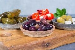 地中海开胃菜开胃小菜塔帕纤维布滚保龄球与绿色和cal 免版税库存图片