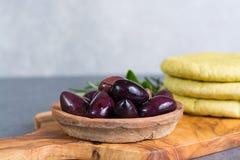 地中海开胃菜开胃小菜塔帕纤维布calamara橄榄和garl 库存图片
