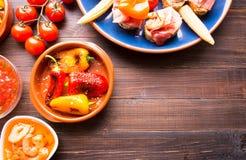 地中海快餐-在木桌上的塔帕纤维布 库存照片