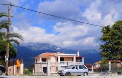 地中海房子有美好的山背景在希腊 库存图片