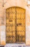 地中海房子的半开放土气棕色木入口 免版税库存照片