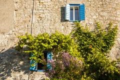 地中海房子,墙壁石房子 免版税库存图片