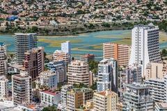 地中海手段Calpe,有盐水湖Las盐沼和旅馆大厦的西班牙 库存图片