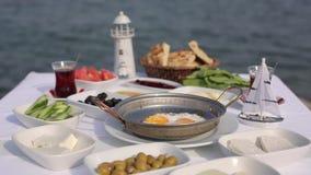 地中海早餐在海边 股票录像