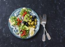 地中海样式开胃小菜板材 熏制鲑鱼、鲕梨、芝麻菜bruschetta、橄榄和葡萄 免版税图库摄影