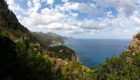 地中海植被和光滑的峭壁在马略卡西班牙海岛的西北海岸  库存照片