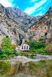 地中海横向 伸出的峭壁、老发电站和河 免版税库存图片
