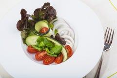 地中海沙拉在餐馆 库存图片