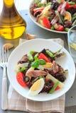 地中海沙拉用鲥鱼和橄榄 免版税库存图片
