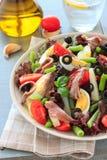 地中海沙拉用鲥鱼和橄榄 免版税库存照片