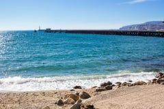 地中海沿海海滩海视图在西班牙在晴天 免版税库存照片