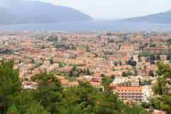 地中海沿海风景有杉树和红色岩石形成的 免版税库存照片