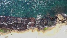 地中海波浪空中顶上的看法碰撞在岩石shorecoast的 股票视频