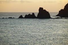 地中海海岸线的在日落,阿尔梅里雅岩质岛 免版税图库摄影