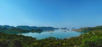 地中海海湾的宏伟的视图与漂浮的乘快艇a 免版税图库摄影