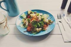 地中海海鲜沙拉,餐馆服务 免版税库存图片