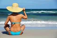地中海海滩的少妇 免版税库存照片
