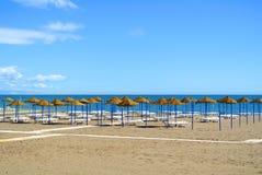 地中海海滩的暑假视图为一个旅游季节,由蓝色海, deckchairs的一个沙滩做准备 免版税库存图片
