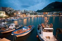 地中海港口夜间视图  免版税库存图片