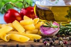 地中海烹调面团tagliatelle penne胡椒麝香草大蒜西红柿和橄榄油 免版税库存照片