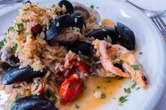 地中海烹调:海鲜意大利煨饭 免版税库存照片