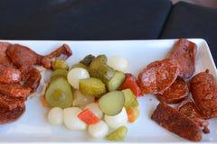 地中海烹调 在餐馆桌上的西班牙塔帕纤维布起始者 图库摄影
